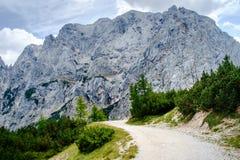 Старая дорога гравия над пропуском Vrsic стоковое изображение