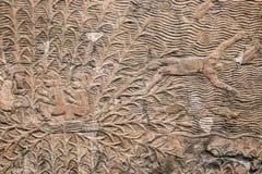 Старая египетская каменная панель с высекать сброса человека будучи бросанным из шлюпки в океан с рыбами - предпосылку Стоковая Фотография RF