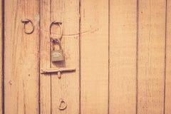 Старая деревенская деревянная дверь с замком и защелкой металла Стоковая Фотография RF