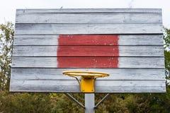 Старая деревенская деревянная внешняя цель баскетбола Стоковые Изображения RF