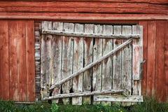 Старая деревянная дверь амбара. Стоковые Фотографии RF