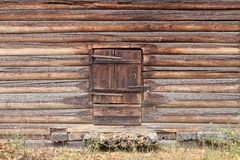 Старая деревянная дверь амбара Стоковые Изображения RF