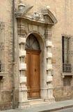 Старая деревянная дверь античного итальянского здания Стоковое Изображение RF