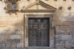 Старая деревянная дверь дворца герцогов пехоты в Гвадалахаре, Испании Стоковые Изображения