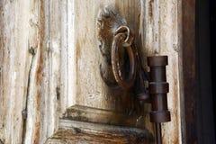 Старая деревянная дверь водя в церковь святого Sepulchre, Иерусалим Стоковая Фотография RF