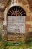 Старая деревянная дверь в арке Стоковые Фотографии RF