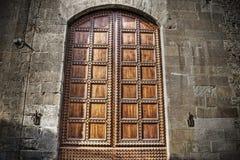 Старая деревянная дверь в кирпичной стене в hdr в Флоренсе Стоковые Фото