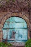 Старая деревянная дверь в кирпичной стене как предпосылка голубая дверь деревянная Стоковая Фотография RF
