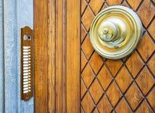 Старая деревянная дверь в Сиене, Тоскане, Италии Стоковые Фото