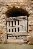 Старая деревянная дверь в Тоскане Стоковые Фотографии RF