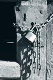 Старая деревянная дверь закрыла с цепями и padlock Стоковое Фото