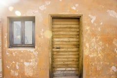 Старая деревянная дверь здания стоковые изображения rf