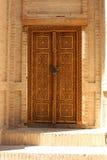 Старая деревянная дверь исторического здания Стоковые Изображения