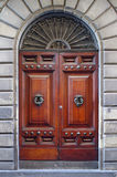 Старая деревянная дверь исторического здания Стоковое Изображение