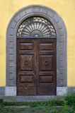 Старая деревянная дверь исторического здания Стоковое Изображение RF
