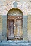 Старая деревянная дверь исторического здания Стоковое Фото