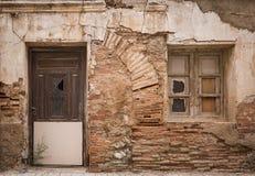 Старая деревянная дверь и окно на стене сделанной кирпичей стоковые изображения rf