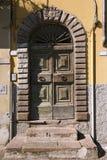Старая деревянная дверь - Лукка Италия Стоковая Фотография