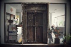 Старая деревянная дверь обрамленная современным стеклом Стоковые Фото