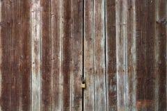 Старая деревянная дверь с замком Стоковое Изображение RF