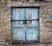 старая деревянная дверь склада, ангар стоковые изображения rf