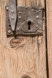 Старая деревянная дверь с болтом Стоковая Фотография