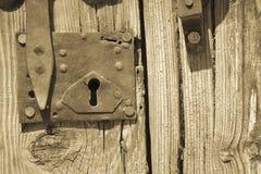 Старая деревянная дверь с болтом Стоковые Изображения RF