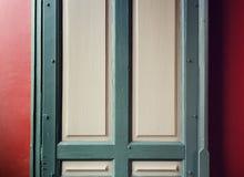 Старая деревянная дверь с красной предпосылкой Стоковые Фото