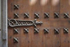 Старая деревянная дверь с шарнирами металла стоковые фото