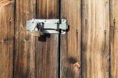 Старая деревянная дверь с padlock, защелкой металла Стоковые Фотографии RF