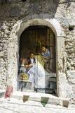 Старая деревянная дверь украшенная с картиной 2 женщин которые embro Стоковое Изображение