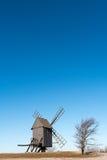 Старая деревянная ветрянка на холме стоковое фото