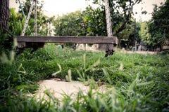 Старая деревянная винтажная смертная казнь через повешение качания от большого дерева в саде Стоковые Фотографии RF