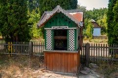 Старая деревянная водяная скважина в парке Стоковые Изображения RF