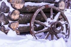 Старая деревянная водяная скважина, деревянное колесо с ржавой оправой деревенской Стоковая Фотография RF