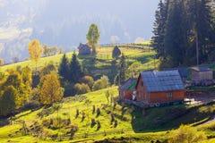 Старая деревянная кабина хаты в горе на сельском ландшафте падения Стоковое Изображение
