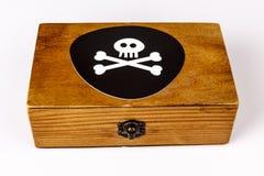 Старая деревянная коробка с символом пирата - череп и косточки на черноте Стоковая Фотография RF