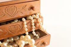 Старая деревянная коробка для ювелирных изделий стоковое изображение