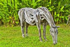 Старая деревянная лошадь в сочном тропическом саде, лошадь сделанная из утиля wo Стоковое фото RF