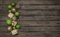 Старая деревянная предпосылка с украшением рождества в яблоке ом-зелен a Стоковые Изображения RF