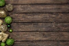 Старая деревянная предпосылка с украшением рождества в яблоке ом-зелен a Стоковые Фотографии RF