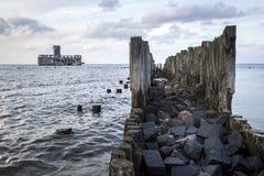Старая деревянная пристань и руины фабрики торпедо Стоковые Изображения
