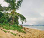 Старая деревянная пристань протягивая вне к морю и пенообразные волны на Maenam приставают к берегу, Koh Samui, Таиланд Стоковые Фотографии RF