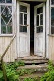 Старая деревянная раскрытая дверь, стоковая фотография