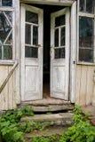 Старая деревянная раскрытая дверь, стоковые изображения rf