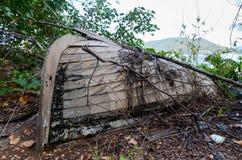 Старая деревянная рыбацкая лодка около лета стоковое фото