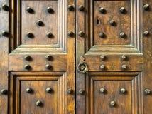Старая деревянная спиковая деталь двери в Флоренсе, Италии & x28; черно-белый & x29; Стоковые Фотографии RF