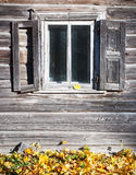 Старая деревянная стена с окном Стоковые Изображения RF