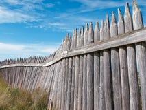 Старая деревянная стена форта против голубого неба стоковые фотографии rf