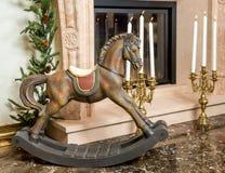 Старая деревянная тряся лошадь около камина Стоковое фото RF